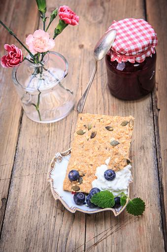 カーネーション「Jam jar, slice of crispbread, curd and fruits on wood」:スマホ壁紙(18)