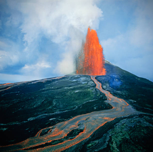 Lava fountain in Pu'u O'o Vent on Kilauea Volcano:スマホ壁紙(壁紙.com)