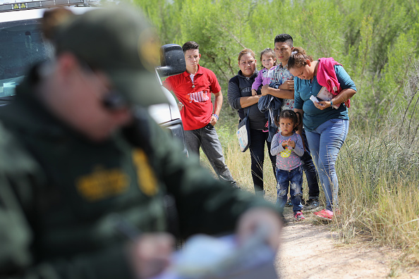 Refugee「Border Patrol Agents Detain Migrants Near US-Mexico Border」:写真・画像(19)[壁紙.com]