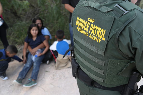アメリカ合衆国「Border Patrol Agents Detain Migrants Near US-Mexico Border」:写真・画像(11)[壁紙.com]