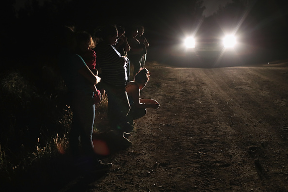 Refugee「Border Patrol Agents Detain Migrants Near US-Mexico Border」:写真・画像(18)[壁紙.com]