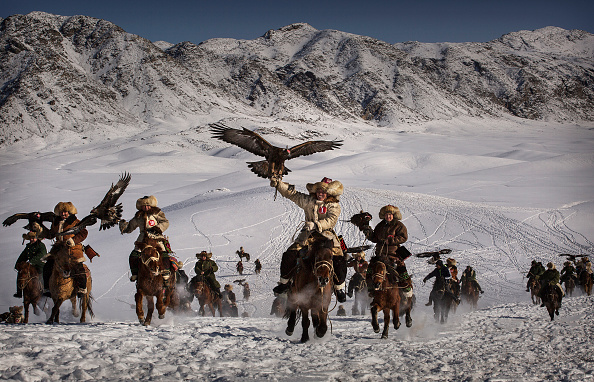 文化「China's Kazakh Minority Preserve Culture Through Eagle Hunting in Western China」:写真・画像(6)[壁紙.com]