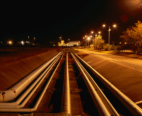Surface Level「Pipelines at Stanlow oil refinery, Cheshire,  at night」:写真・画像(5)[壁紙.com]