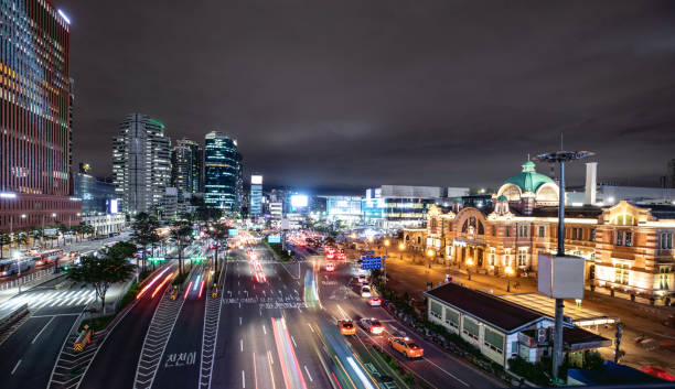 Seoul station and its boulevard at night with traffic:スマホ壁紙(壁紙.com)