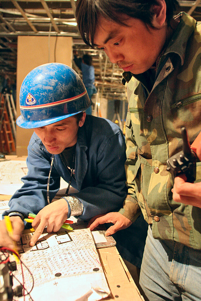 Hardhat「A Chinese foreman discuss wiring installation during the construction of a new office tower in Beijing」:写真・画像(11)[壁紙.com]