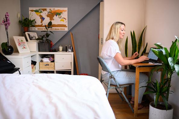Working「'Shout 85258' Volunteers Offer Mental Health Support As UK Emerges From Coronavirus Lockdown」:写真・画像(1)[壁紙.com]