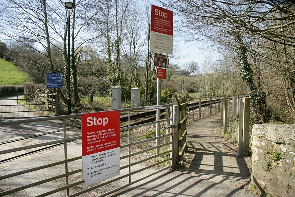 Finance and Economy「Entrance to the platform and gated level crossing at Coombe station on the Liskeard to Looe branch line. 2006」:写真・画像(10)[壁紙.com]