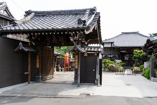 神社「Entrance to Honmyoin Temple in Yanaka Neighbourhood, Tokyo Japan」:スマホ壁紙(14)