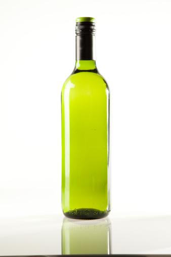 立つ「白ワイン 1 本」:スマホ壁紙(1)