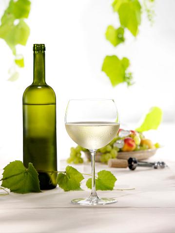 杏「白ワインのボトルとグラス」:スマホ壁紙(17)