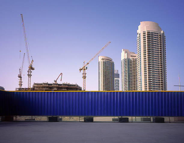 Blue fence protecting construction site in Dubai:スマホ壁紙(壁紙.com)