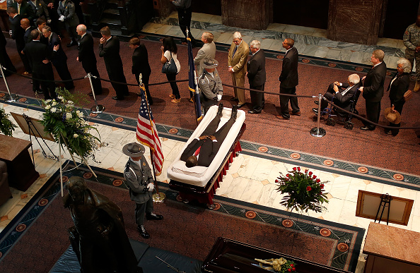 2015 Emanuel AME Church Charleston Shootings「Charleston Church Shooting Victim Sen. Pinckney Lies In Repose At South Carolina Capitol」:写真・画像(4)[壁紙.com]