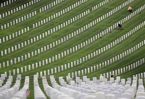 US Memorial Day「Visitors Pay Respects At Ft Rosecrans National Cemetery On Memorial Day」:写真・画像(11)[壁紙.com]