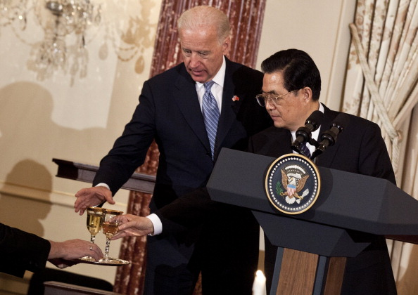 Reaching「Hillary Clinton And Biden Host Lunch For President Hu At State Department」:写真・画像(13)[壁紙.com]