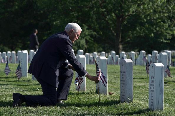 背景に人「Arlington National Cemetery Holds Its Annual Flags In Event Ahead Of Memorial Day」:写真・画像(6)[壁紙.com]