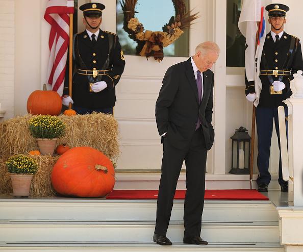 Standing「VP Biden Hosts South Korean President Park At Naval Observatory」:写真・画像(2)[壁紙.com]
