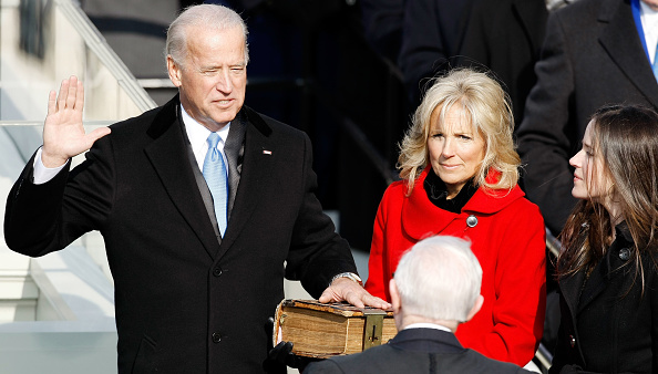 Overcoat「Barack Obama Is Sworn In As 44th President Of The United States」:写真・画像(16)[壁紙.com]