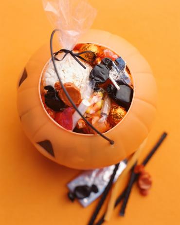 トリックオアトリート「Candy in trick or treat pail」:スマホ壁紙(8)