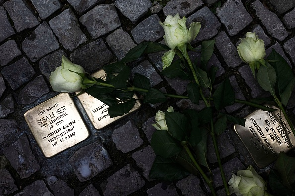 Tripping - Falling「Germany Commemorates Kristallnacht Pogroms 75th Anniversary」:写真・画像(13)[壁紙.com]