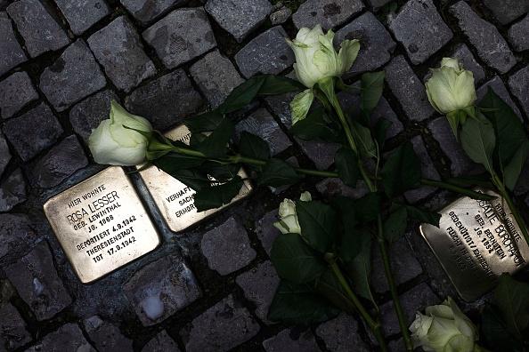 Tripping - Falling「Germany Commemorates Kristallnacht Pogroms 75th Anniversary」:写真・画像(13)[壁紙.com]