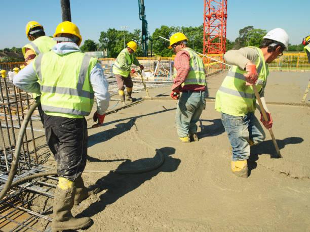 Men pouring concrete on to reinforced steel bar:ニュース(壁紙.com)