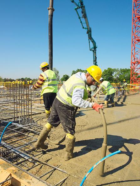 Sunny「Men pouring concrete on to reinforced steel bar」:写真・画像(17)[壁紙.com]