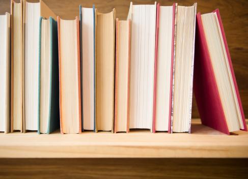 In A Row「Row of books on shelf」:スマホ壁紙(14)