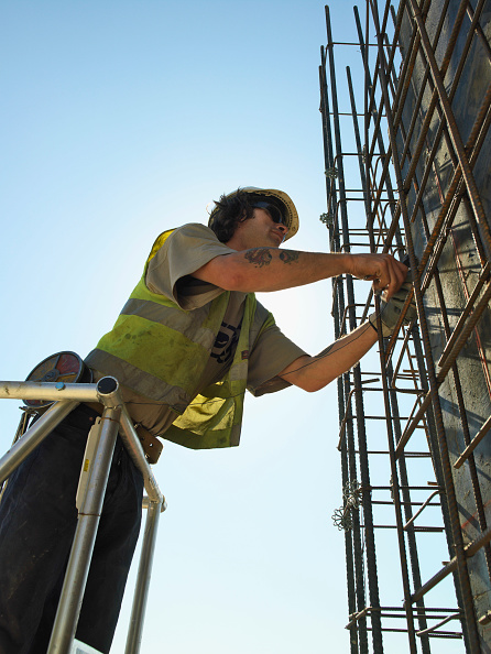 Sunny「Man working on reinforced steel bar structure for reinforced concrete foundations」:写真・画像(11)[壁紙.com]