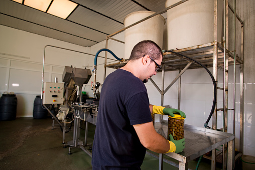 Real Life「Man working at olives factory bottling in carafes of Spanish green olives to eat pickled」:スマホ壁紙(16)