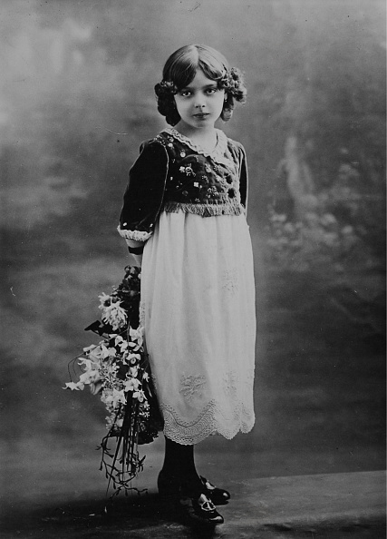 Bouquet「Girl With Middle Parting In Dress」:写真・画像(12)[壁紙.com]