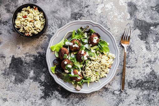 Bulgur Wheat「Plate of Falafel, salad, yogurt sauce with mint and Tabbouleh」:スマホ壁紙(15)