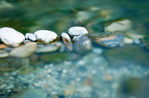 Water Surface「Pebbles and arranged stones in river water」:スマホ壁紙(10)