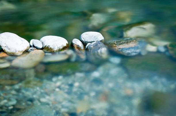 Pebbles and arranged stones in river water:スマホ壁紙(壁紙.com)