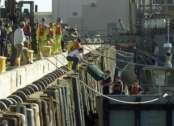 Anacapa Island「US Coast Guardsmen Unload Debris」:写真・画像(2)[壁紙.com]