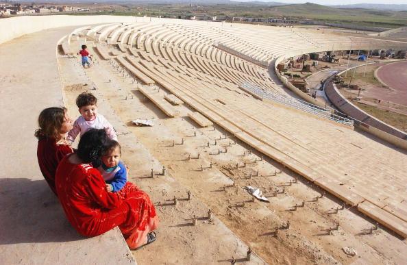 Light Bulb「Kurds living in a sport stadium in Kirkuk」:写真・画像(8)[壁紙.com]