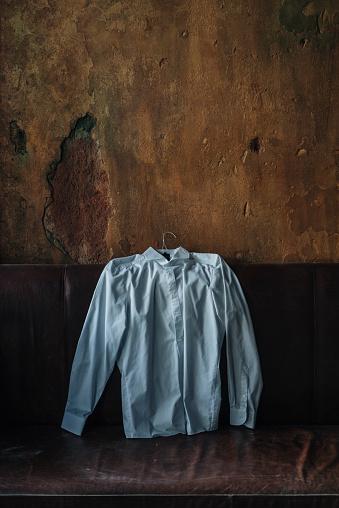 あごヒゲ「White shirt at couch in room with crumbling wall」:スマホ壁紙(5)
