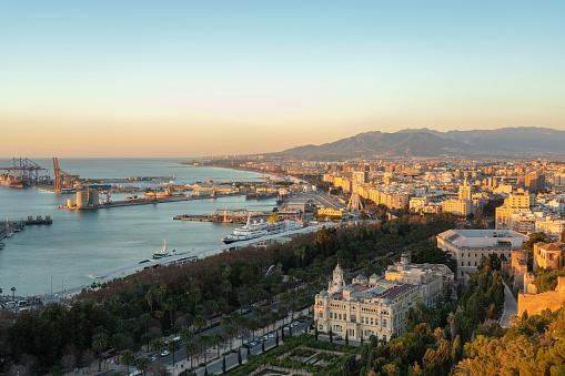 Málaga - Málaga Province「Spain, Malaga, view over the harbour and the townhall by sunrise」:スマホ壁紙(13)