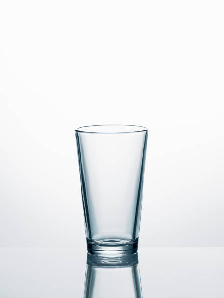 Empty water glass in front of white background:スマホ壁紙(壁紙.com)
