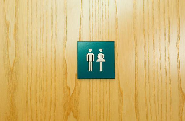 Male and female toilet sign on door:スマホ壁紙(壁紙.com)