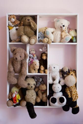 ふわふわ「Stuffed animals on shelves」:スマホ壁紙(17)