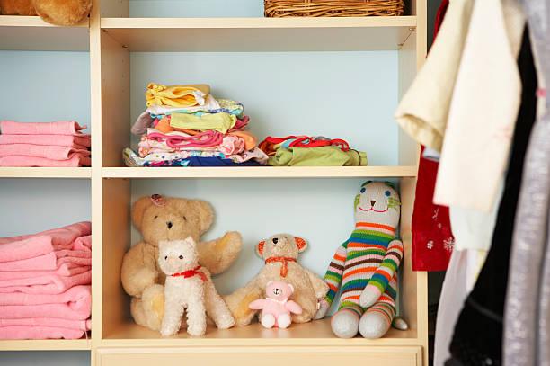 Stuffed animals, clothing and towels on shelves in closet:スマホ壁紙(壁紙.com)