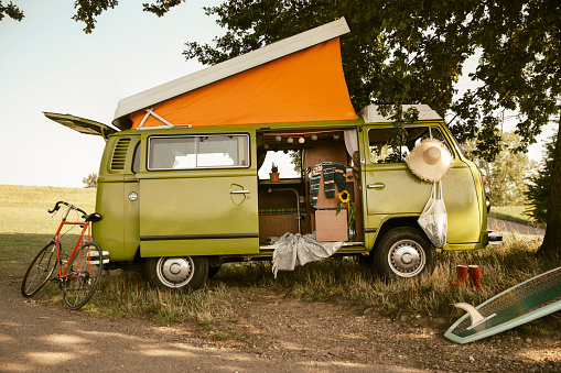 Camping「Van with roof tent in the nature」:スマホ壁紙(5)