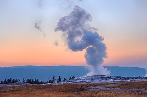 Old Faithful「USA, Wyoming, Yellowstone National Park, Old Faithful Geyser erupting at sunset」:スマホ壁紙(0)
