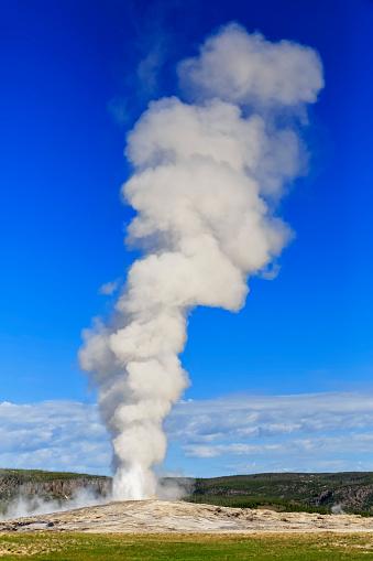 Old Faithful「USA, Wyoming, Yellowstone National Park, Upper Geyser Basin, Old Faithful Geyser erupting」:スマホ壁紙(7)