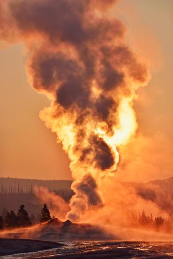 Volcano「USA, Wyoming, Yellowstone National Park, Upper Geyser Basin, Old Faithful Geyser steaming at sunrise」:スマホ壁紙(12)