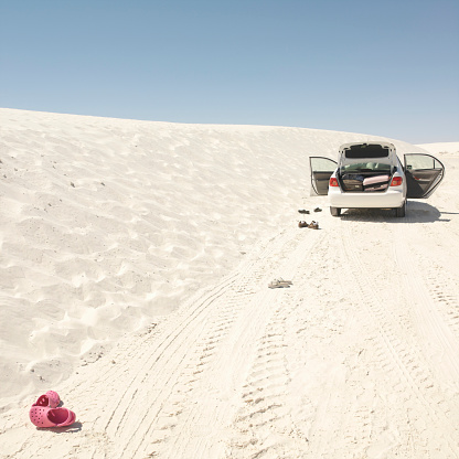 Lost「USA, New Mexico, car parked on sand dune, rear view」:スマホ壁紙(18)