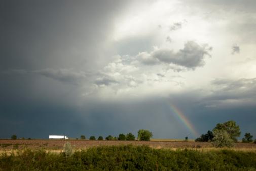 虹「USA, New Mexico, rainbow over landscape with truck」:スマホ壁紙(1)