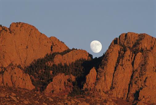 Sandia Mountains「USA, New Mexico, Albuquerque, moon over Sandia Mountains」:スマホ壁紙(4)