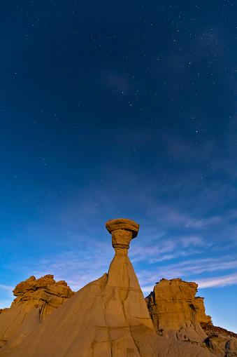 star sky「USA, New Mexico, San Juan Basin, Valley of Dreams, Badlands, Ah-shi-sle-pah Wash, sandstone rock formation, hoodoos at night」:スマホ壁紙(1)