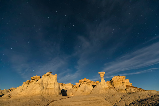star sky「USA, New Mexico, San Juan Basin, Valley of Dreams, Badlands, Ah-shi-sle-pah Wash, sandstone rock formation, hoodoos at night」:スマホ壁紙(0)